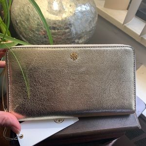 Authentic Tory Burch Crinkle leather Continental w